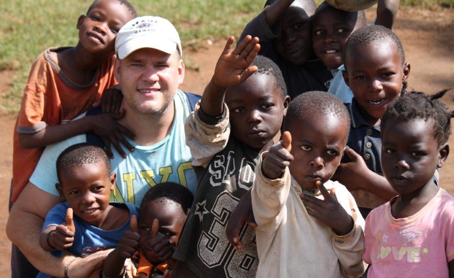 Миссионеры построили в трущобах Кении школу, больницу и церковь